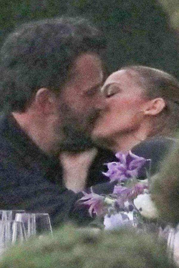 #Bennifer é oficial! Jennifer Lopez apanhada aos beijos...
