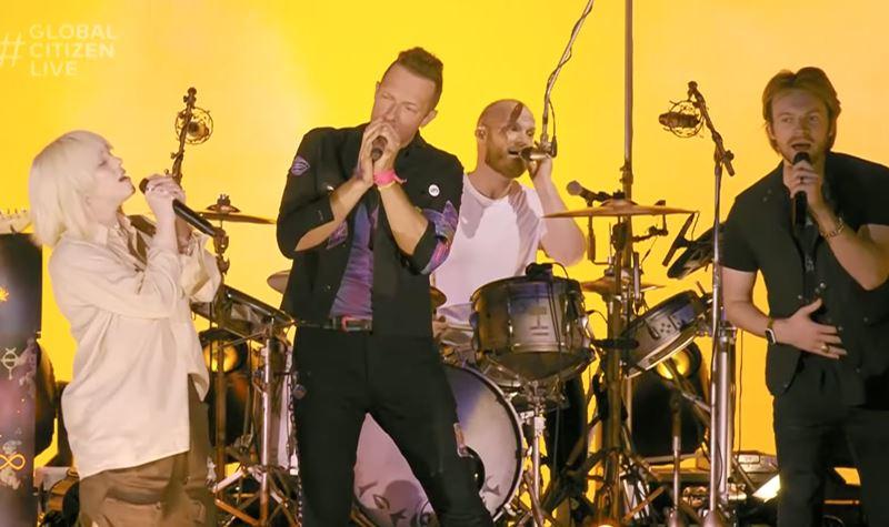 Billie Eilish juntou-se aos Coldplay...