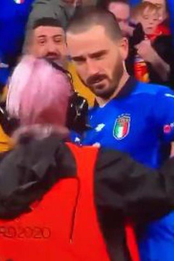 Jogador da Itália confundido com um adepto pela segurança
