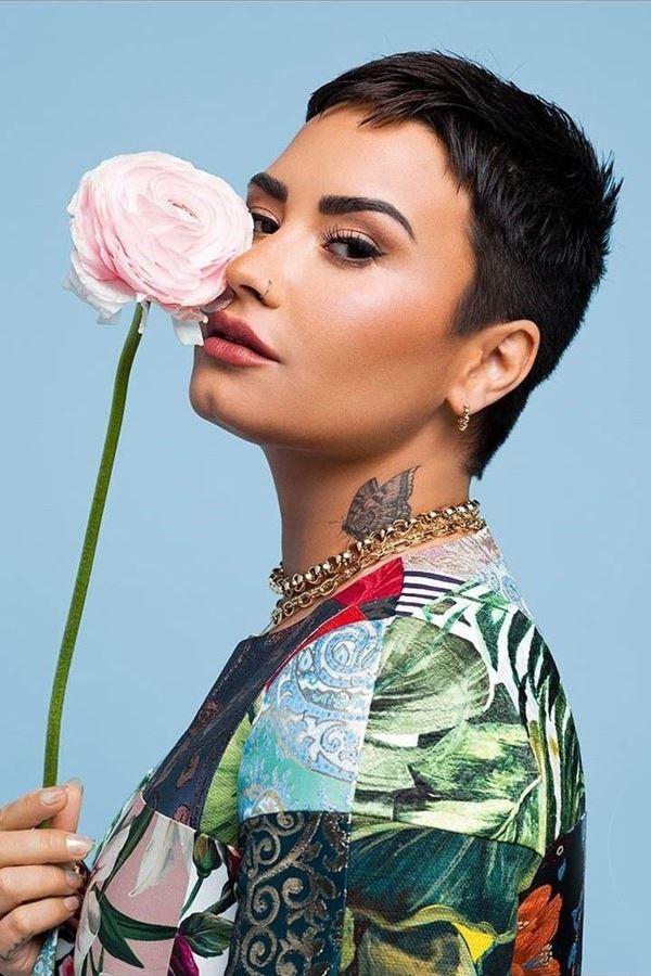 Demi Lovato canta para entidade extraterrestre