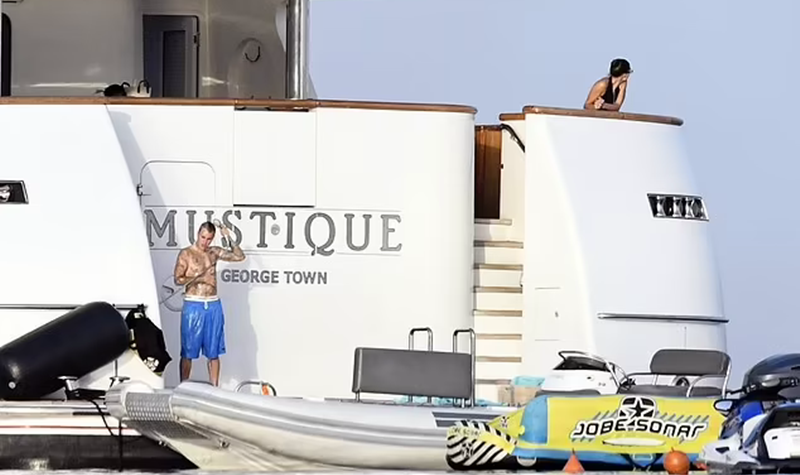 Justin Bieber revela os seus abdominais durante as férias