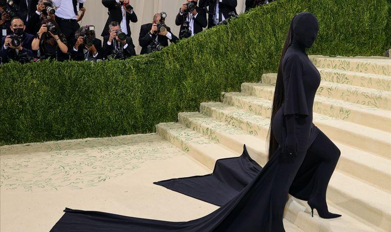Kanye West defende visual controverso de Kim Kardashian