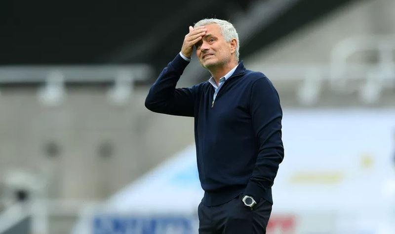 José Mourinho parecido com o ator de YOU? A Internet diz que sim